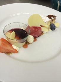 Feestelijk dessertbord met kleine dessertjes