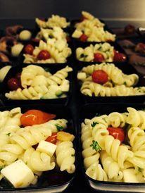 Pasta salade met mozzarella en gedroogde tomaatjes